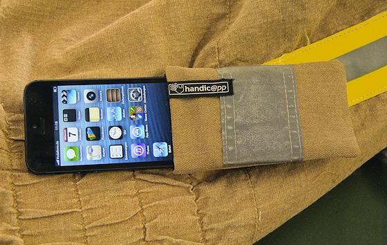 Feuerwehr-Handytasche von Handic@pp: Geeignet für das iPhone und viele andere Modelle. Foto: Jann