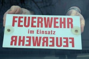 """Autoschild: """"Feuerwehr im Einsatz"""". Foto: Preuschoff"""