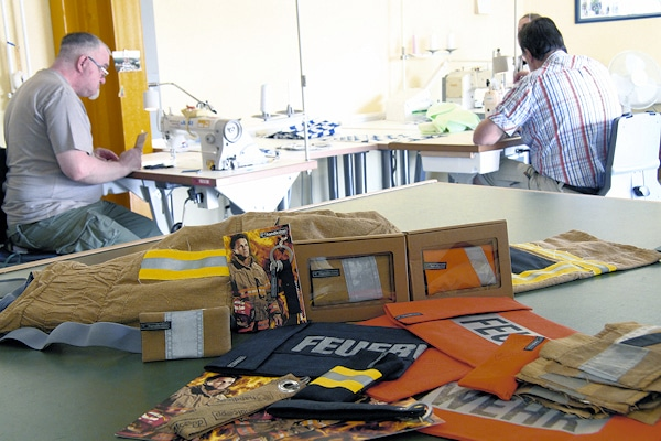 """In der Behinderteneinrichtung """"Stormarner Werkstätten"""" werden die Feuerwehr-Taschen hergestellt. Foto: Jann"""
