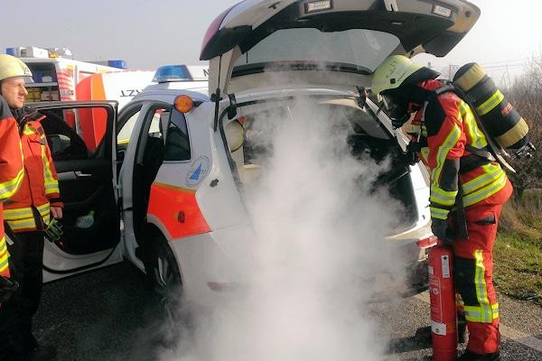 Schwelbrand nach Unfall mit Notarzteinsatzfahrzeug. Die Feuerwehr Bruchsal löscht mit einem Kohlendioxid-Feuerlöscher. Foto: Czemmel/Feuerwehr