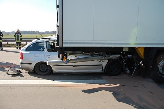 Unfall auf der A 27 bei Achim: Der Fahrer dieses Skoda kam ums Leben. Foto: Polizei