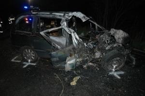 Drei Männer verunfallten mit diesem Opel Zafira. Einer von ihnen starb. Foto: Polizei