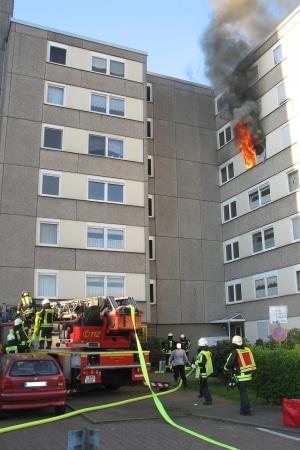 Die Feuerwehr Hattingen bringt bei einem Wohnungsbrand eine Drehleiter in Stellung. In der brennenden Wohnung starben zwei Frauen. Foto: Jens Herkströter/Feuerwehr
