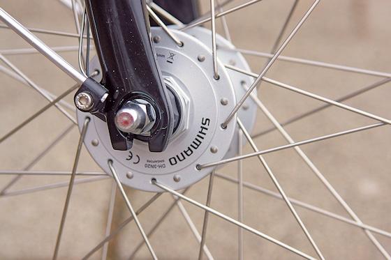 Sollte heute bei einem vernünftigen Fahrrad Standard sein: ein Nabendynamo. Die Einsatz-Bikes sind mit einem Modell von Shimano versehen.