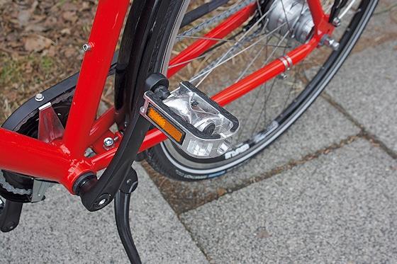 Robust und langlebig: die Pedale bestehen aus Aluminium. Der Kettenschutz ist ebenfalls aus Aluminium gefertigt und in der Farbe der Schutzbleche lackiert.
