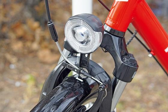 """Der LED-Frontscheinwerfer liefert Licht einer Stärke von 25 Lux. Die Schutzbleche beim Modell """"Feuerwehr"""" sind schwarz lackiert."""