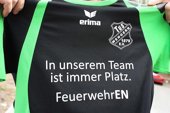 """Feuerwehrtrikot mit dem Slogan: """"In unserem Team ist immer Platz. Foto: Arndt/Feuerwehr"""