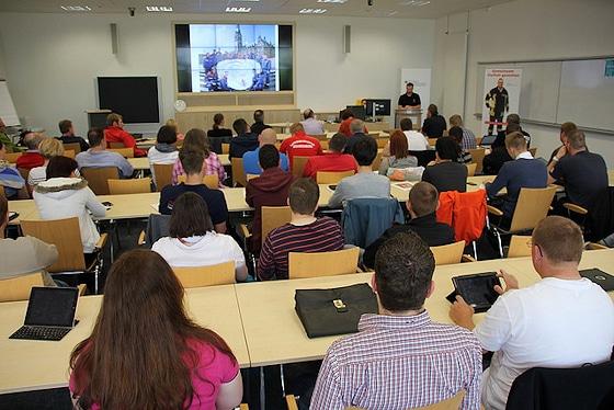 Diskussion in Ahrweiler: Thema Übertritt von Jugendfeuerwehrleuten in die aktive Feuerwehr. Foto: DJF