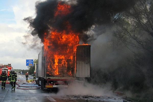 Lastwagen-Brand auf der A 7. Foto: Dwenger/Feuerwehr