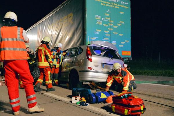 Unfall auf der A 5 bei Bruchsal. Ein Pkw ist auf einen Lkw aufgefahren. Foto: Czemmel/Feuerwehr