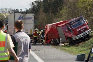 Unfall mit Feuerwehrfahrzeug auf der A 9: ein Lkw war gegen diesen Schlauchwagen geprallt. Foto: News5/Göppert