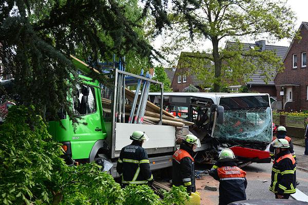 Schwerer Busunfall im Hamburg Wandsbek. Ein Linienbus ist auf einen am Fahrbahnrand geparkten Lastwagen geprallt. Foto:  Lars Ebner