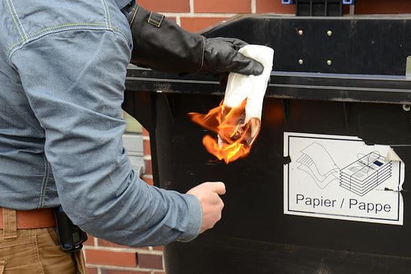 Symbolfoto: Brandstiftung durch ein Feuerwehrmitglied. In Niedersachsen wird um die verpflichtende Abfrage eines polizeilichen Führungszeugnisses diskutiert. Foto: Preuschoff