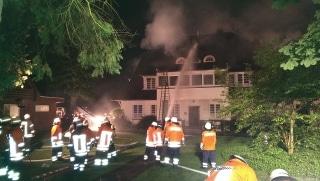 Ein Großbrand zerstört ein Kinderheim in Kirchwalsede. Foto. Polizei