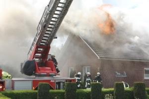 Vollbrand. Als die Feuerwehr eintrifft, schlagen die Flammen aus dem Dachstuhl eines Mehrgenerationenhauses in Norden. Foto: Feuerwehr Norden