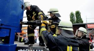 Ausbildung mit dem Spreizer: Der Einsatz des Spreizers (SP 60) verlangt Teamarbeit. Das Gerät wiegt rund 20 Kilogramm. Foto: Scheer