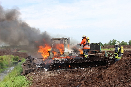 Brand einer Pistenraupe, die Feuerwehr Wiesmoor löscht. Foto: Feuerwehr