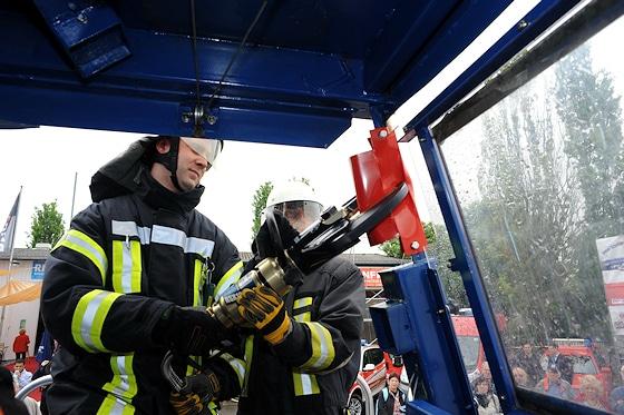 TRT 7000: Mittels hydraulischer Rettungsschere wird die A-Säule, hier am Simulator durch das rote Blechstück dargestellt, in einem Winkel von ca. 45 Grad von innen nach außen durchgeschnitten. Foto: Scheer