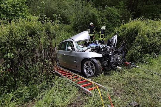 Unfall auf der L1125: Die Feuerwehr Vaihingen barg den verunglückten Fahrer. Foto: 7aktuell.de/Hasenhuendl