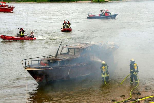Brand einer Yacht auf dem Rhein. Foto: Feuerwehr Meerbusch