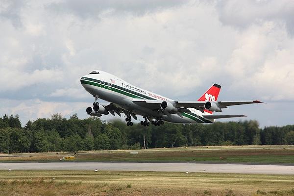 Hebt nicht mehr ab: Der Evergreen Supertanker, hier im Juli 2009 auf dem Flughafen Hahn. Foto: Klöpper