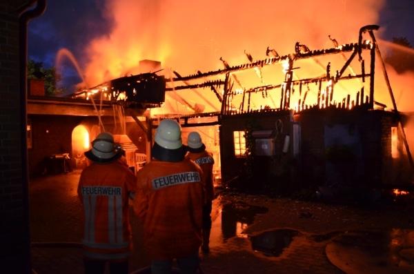 Großbrand in der Ortschaft Brest. Eine Scheune steht in Flammen. Die Feuerwehr kann ein Wohnhaus schützen. Foto: Polizei