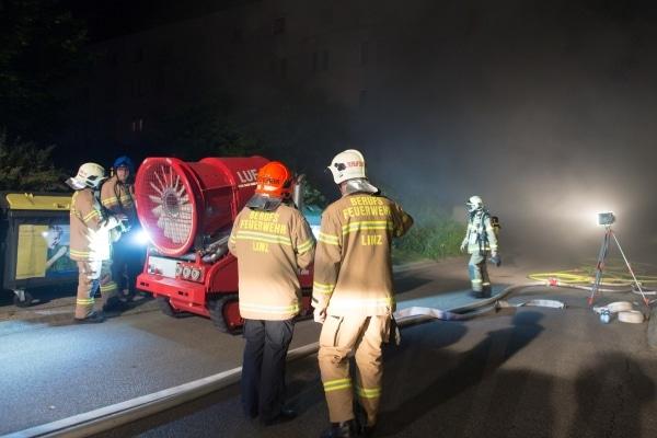Einsatzkräfte bereiten das Löschunterstützungsfahrzeug LUF 60 zur Entrauchung einer verqualmten Tiefgarage in Linz vor. Foto: www.foto-kerschi.at
