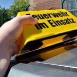 Dachaufsetzer Feuerwehr im Einsatz: Starke Magneten sorgen für eine gute Haftung, eine Gummierung bzw. Moosgummi schützen das Autodach. Foto: Preuschoff