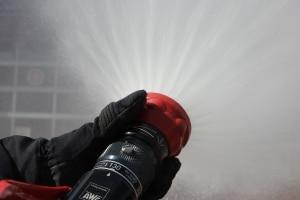 Nicht ungefährlich. Der Wasserstrahl aus einem Strahlrohr kann schwere Verletzungen verursachen. Symbolfoto: Thomas Weege