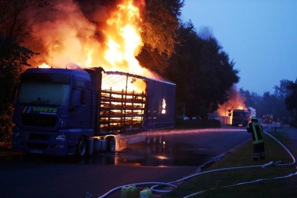 In einem Gewerbegebiet in Neermoor stehen zwei beladene Sattelzüge in Brand. Ein Brandstifter war hier am Werk. Foto: Frank Loger
