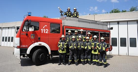 Der Grundlehrgang 2014 der Berufsfeuerwehr Ludwigshafen vor dem Ausbildungsfahrzeug. Foto: Ulrich Scheer