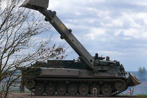 """Die Bundeswehr rückt auch mit Panzern nach Düsseldorf an. Das Symbolfoto zeigt einen Pionierpanzer """"Dachs"""". Foto: Gloria Axthelm/Bundeswehr"""