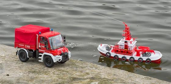 Die Carson RC-Modelle: Feuerwehr-Unimog und Löschboot. Foto: Rüffer