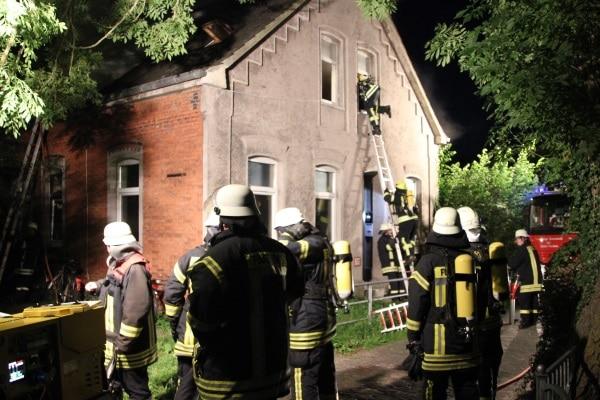 Menschenleben in Gefahr. Gleich sechs Personen musste die Feuerwehr aus einem brennenden Wohnhaus in Norden retten. Foto: Thomas Weege