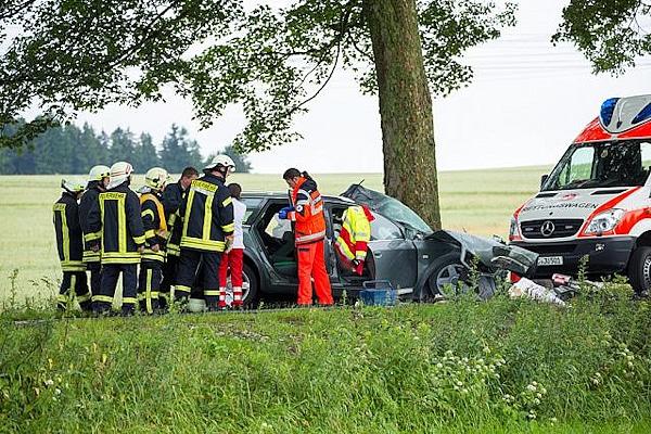 Feuerwehrleute an der Unfallstelle bei Crottendorf. Foto: Bernd März