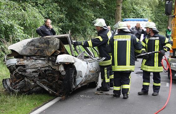 Unfall bei Wymeer - Feuerwehrleute bergen einen getöteten Autofahrer. Foto: Kreisfeuerwehr Leer