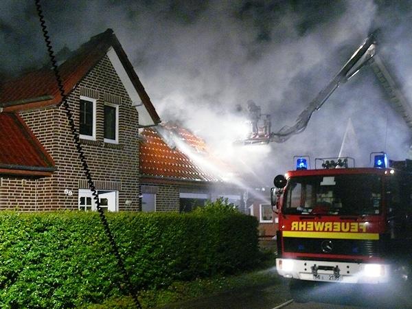 Brand in Espelkamp: Eine Rakete setzte dieses Wohnhaus in Brand. Foto: Polizei