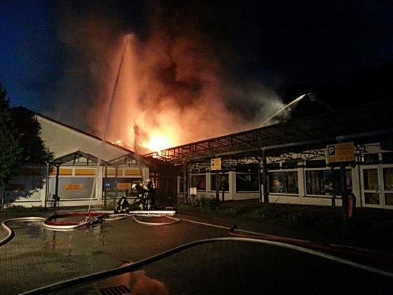 Den angrenzenden Netto-Supermarkt konnten die Feuerwehrleute halten. Foto: Dino Burghardt