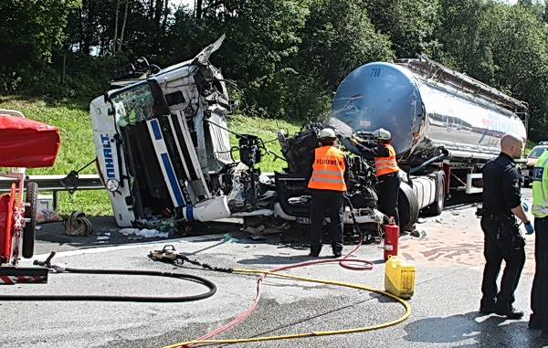 Ein Tanklastzug prallte auf der A 261 bei Hamburg so heftig auf eine vorausfahrenden Sattelzug, dass die Fahrerkabine abgerissen wurde. Der Fahrer starb noch an der Unfallstelle. Foto: Köhlbrandt