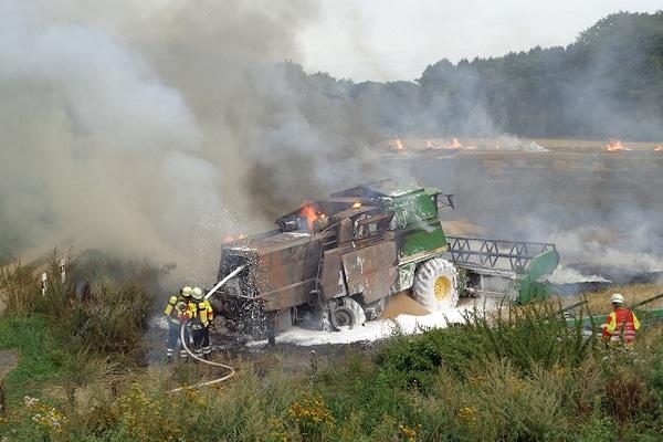 Brand: Ein Mähdrescher und ein Feld stehen bei Maschen in Flammen. Foto: Köhlbrandt/Feuerwehr