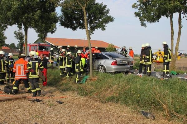 Ein Fahranfänger ist in Norden mit seinem Opel schwer verunglückt. Rettungskräfte befreien das eingeklemmte Opfer. Foto: Thomas Weege