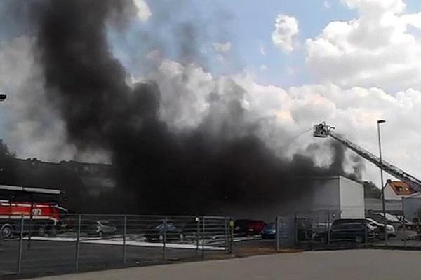 Brand nach einem Flugzeugabsturz in Bremen. Foto: Nonstopnews