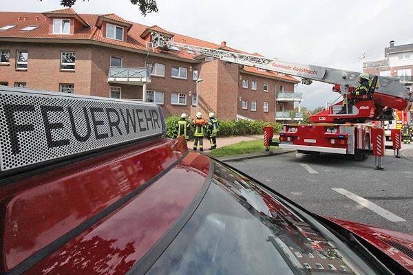 Die Feuerwehr geht über eine Drehleiter vor, nachdem ein Rauchmelder in diesem Haus ein Feuer gemeldet hat. Foto: Timo Jann