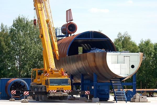 Neues Übungsobjekt für die Flughafenfeuerwehr München im Bau - die Aufnahme verdeutlicht die Größenverhältnisse. Foto: Flughafen München