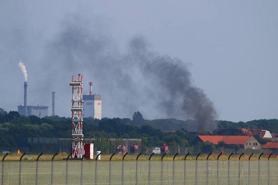 Flugzeugabsturz in Bremen. Vom Flughafen aus ist eine große Rauchwolke an der Absturzstelle sichtbar. Foto: Andreas Fietz