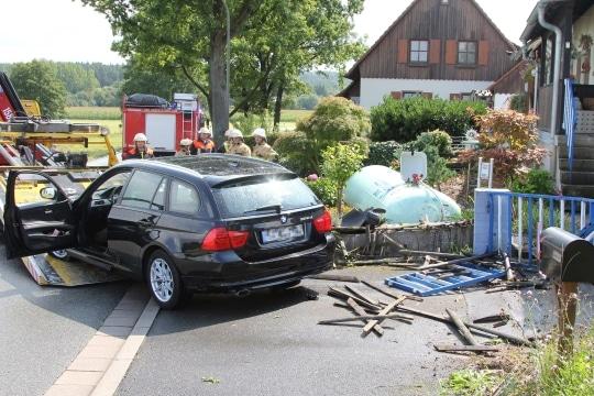 Spektakulärer Unfall in Bayreuth. Ein Auto ist gegen einen Gastank vor einem Wohnhaus geprallt. Foto: News5