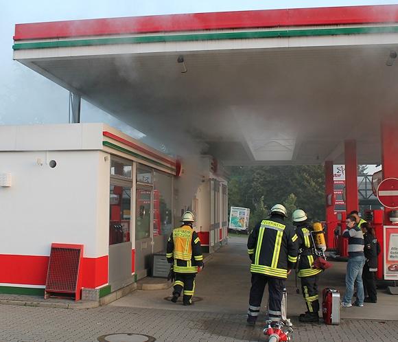 """""""Rauchentwicklung"""" im Verkaufsraum einer Tankstelle: Eine Nebelmaschine, die zum Einbruchschutz gehört, hatte irrtümlich ausgelöst. Foto: Feuerwehr"""