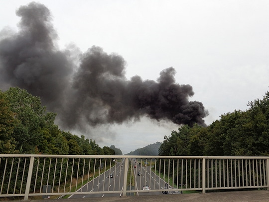 Rauchwolke über der Einsatzstelle. Foto: Köhlbrandt/Feuerwehr