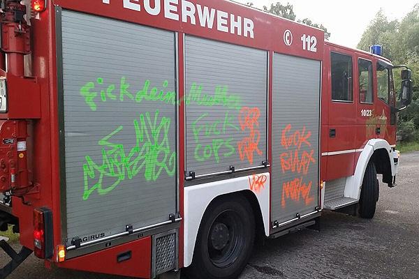 Vandalismus: Unbekannte Sprayer verunstalteten dieses Löschfahrzeug in Rostock. Foto: Stefan Tretropp