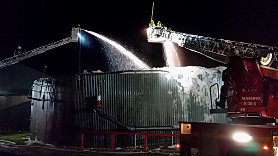 Über die Drehleitern der Feuerwehren Uelzen und Bad Bevensen bekämpfte die Feuerwehr den Brand einer Biogasanlage in Nassennottorf. Foto: Seidel